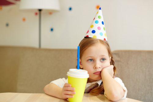 enfant seul pour un gouter d'anniversaire sans gluten
